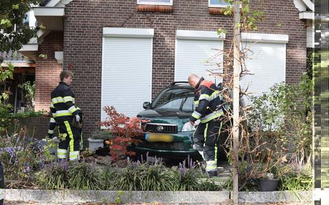 Een personenauto is vrijdagmiddag tegen een woning aangereden aan de Boijlerweg.