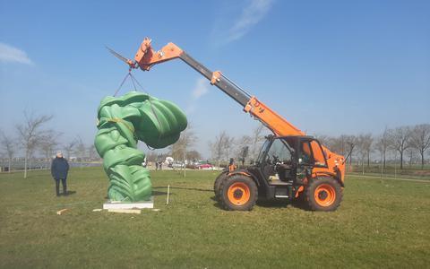 Het team van Tony Cragg installeert de beelden in het park rond Museum Belvédère.