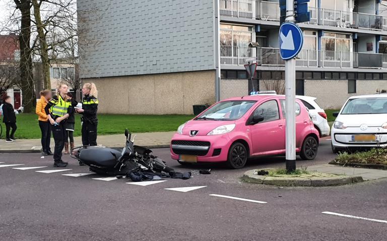 Scooterrijder gewond bij aanrijding met auto in Leeuwarden.