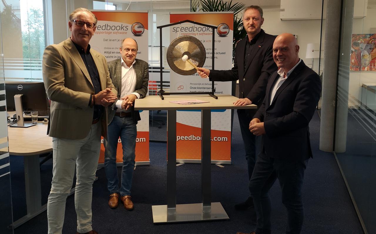 Van links naar rechts: Alan van Griethuysen en René van de Graaf van NPEX en algemeen directeur Lume Paulusma en mede-eigenaar Konstantijn Mikes van Speedbooks Software.