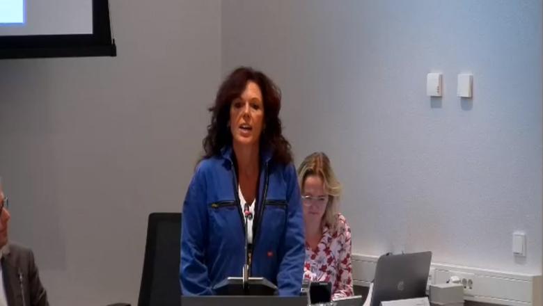 Nynke Koopmans van de Partij voor de Boeren in overall achter het spreekgestoelte in Burgum.