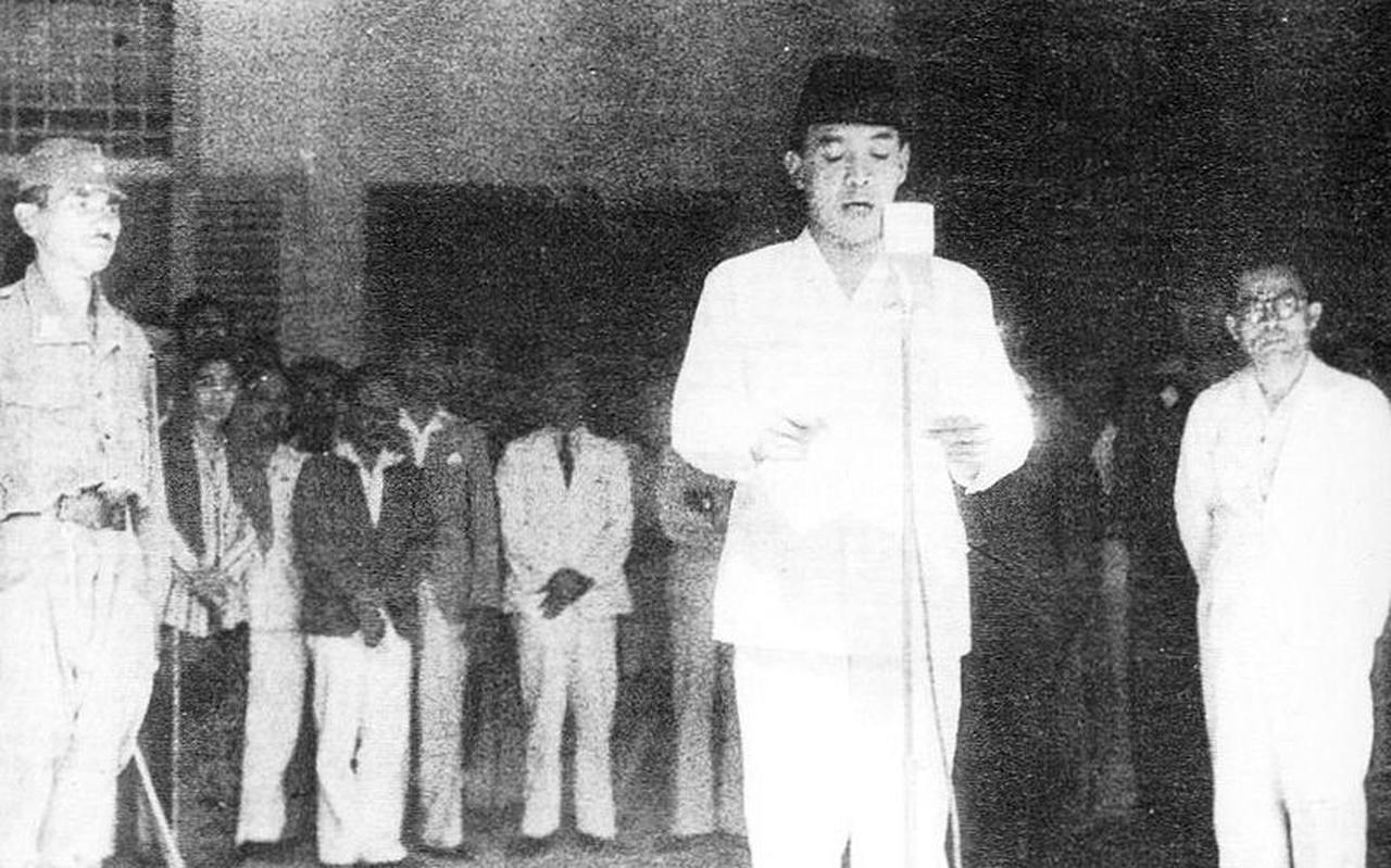 Soekarno leest zijn proclamatie voor, 17 augustus 1945