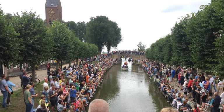 Maarten van der Weijden komt door Sloten tijdens de zwemelfstedentocht. FOTO LC