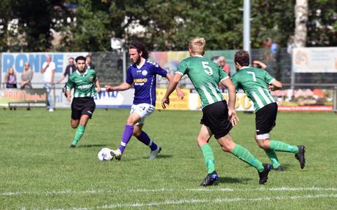 Een momentopname van het bekerduel tussen FC Wolvega en FC Meppel.
