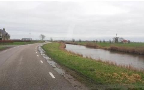 Weg vlak langs diepe Harnser Feart heeft gatenbermen en is 'tige gefaarlik'