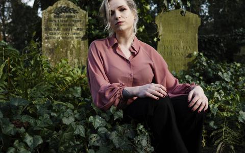 """Deathfluencer Claudia Crobatia: """"Door mijn eigen ervaringen met de dood kwam ik erachter dat we het moeilijk vinden om erover te praten met elkaar.''"""
