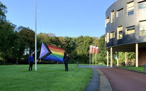Wethouder Esther Verhagen hijst de Progress Flag voor het gemeentehuis in Oosterwolde. De Progress Flag heeft een aangepaste kleurstelling. De vlag is opgebouwd zoals de regenboogvlag, maar heeft vijf nieuwe kleuren: zwart, bruin, lichtblauw, roze en wit. Deze staan voor de transgender gemeenschap en de zwarte en gekleurde LHBTI+'ers.
