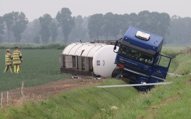 Gekantelde vrachtwagen met acrylzuur zorgt voor afsluiting A6 richting Friesland: chauffeur overleden.