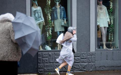 Code geel in groot deel van Nederland wegens windstoten, stormvloedkering Ramspol wel weer open