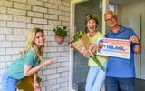Willem en Renee ontvangen de cheque van Postcode Loterij-ambassadeur Nicolette van Dam.
