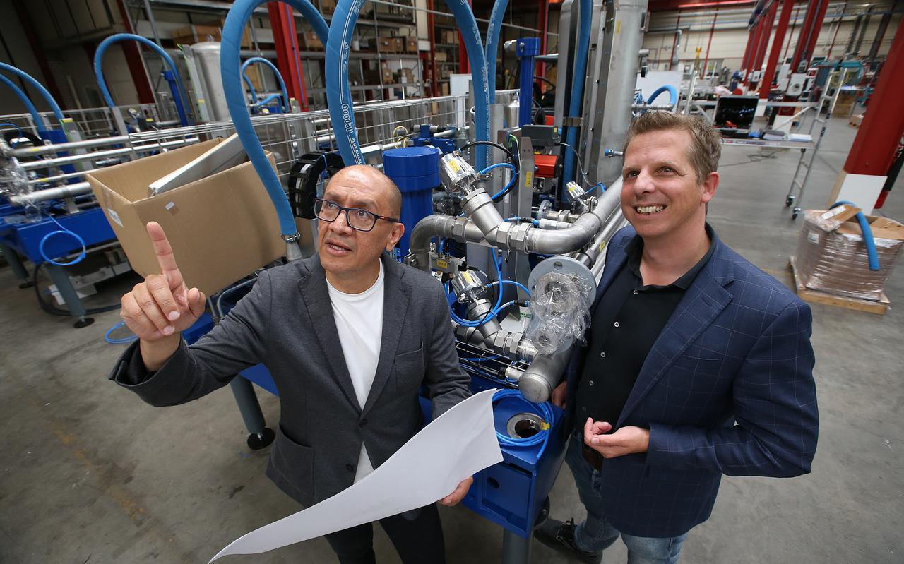 Directeur Francisco Galindo en recruiter Reimer te Velde in een van de Huhtamaki-hallen waar duurzame verpakkingen en productielijnen worden ontwikkeld. Het bedrijf heeft voor de nieuwbouw in Leeuwarden straks 130 nieuwe mensen nodig.