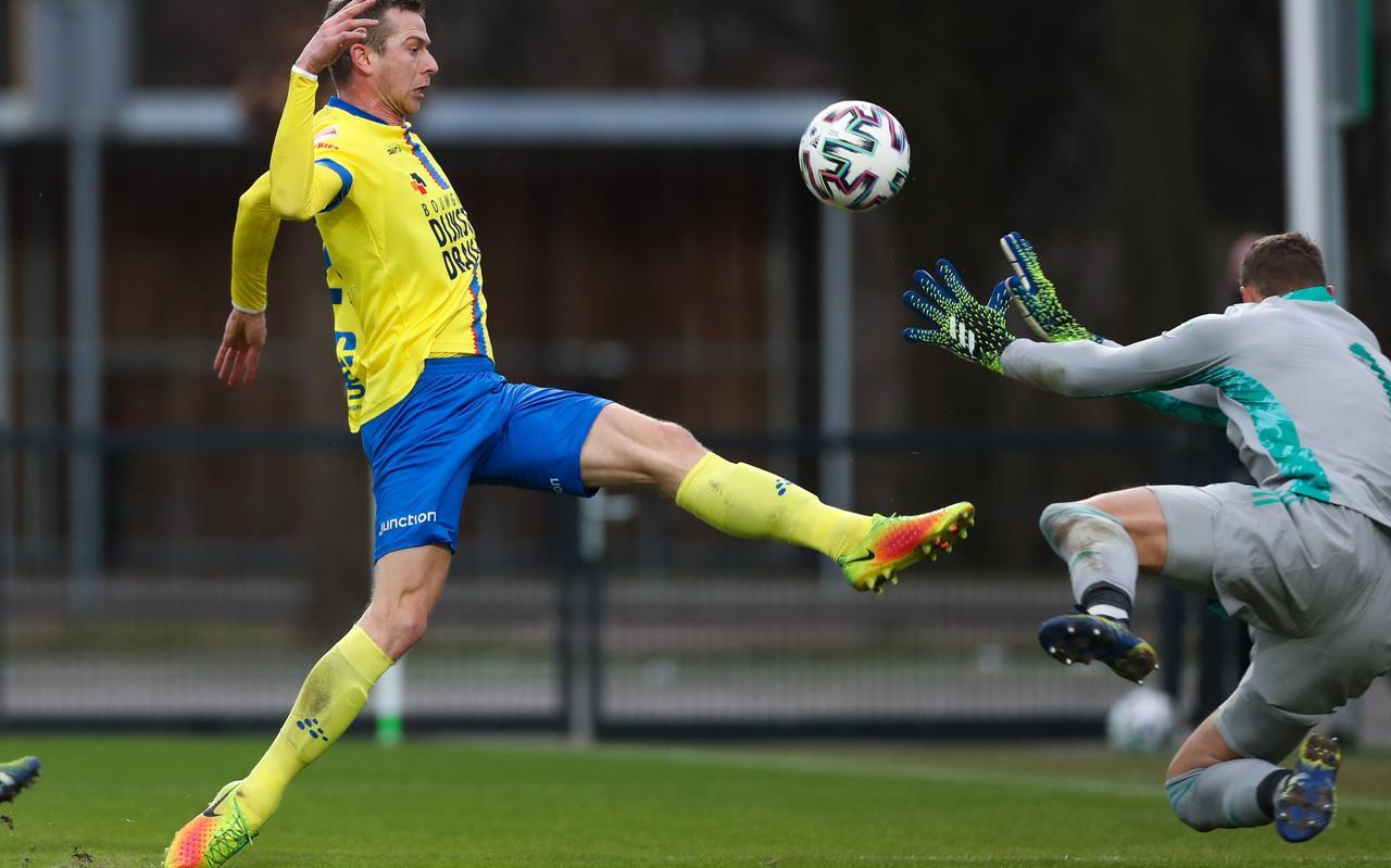 Robert Mühren stuit op Jong Ajax-doelman Kjell Scherpen.