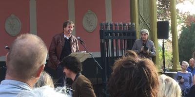 Ook dichter Eeltsje Hettinga sprak in de Prinsentuin in Leeuwarden. FOTO LC