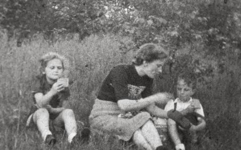 Oorlog lijkt ver weg in liefdevol familiefilmpje uit Engwierum met onderduikster Lea. 'Ik mocht niet in de camera kijken want dat was gevaarlijk'