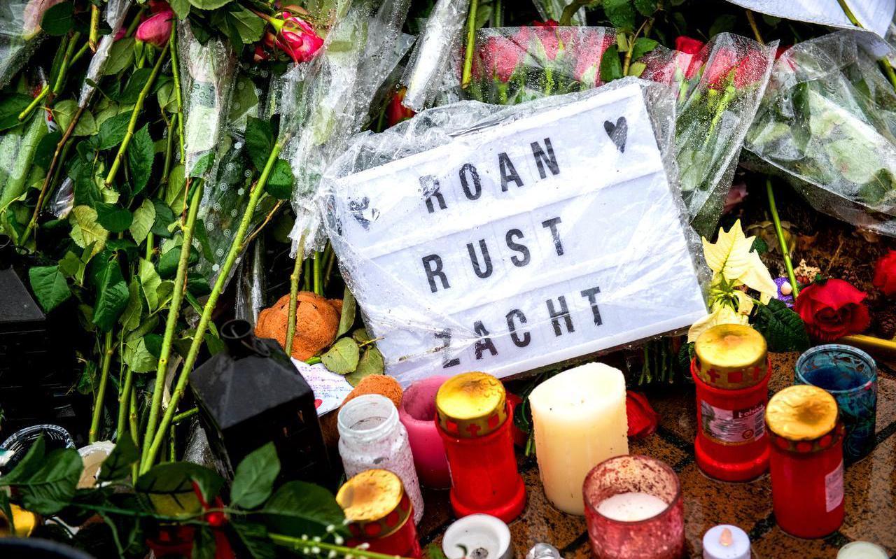 Bloemen voor café Pietje Bel voor de overleden Roan Brilstra.