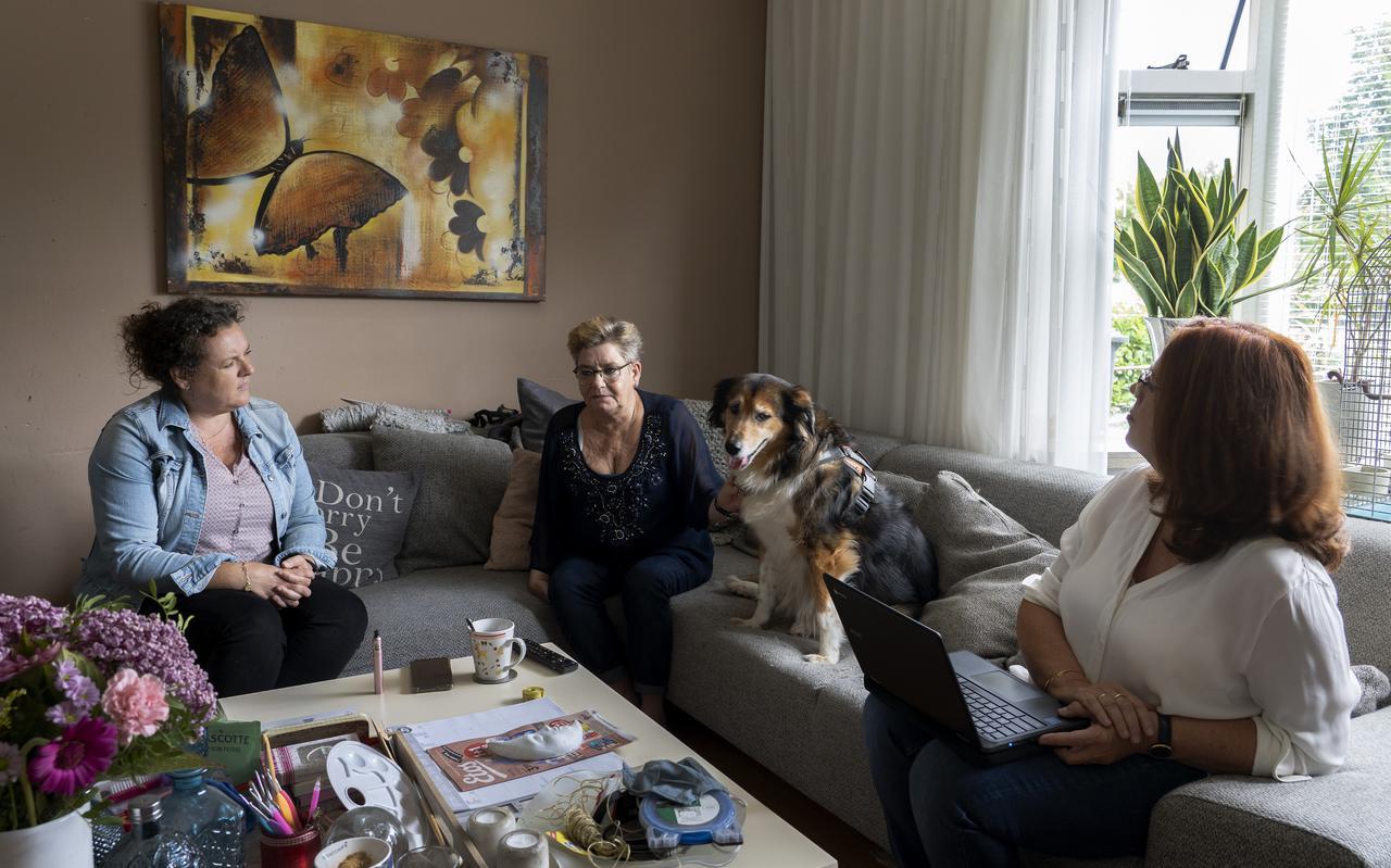 Gré Zuidema (midden) thuis in behandeling bij psychiatrisch verpleegkundige Johanna van Dijk (links) en psychiater Boukje Martha Mollema.
