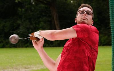 Piter Nijboer, Nederlands juniorenkampioen kogelslingeren, tijdens een training in Groningen.
