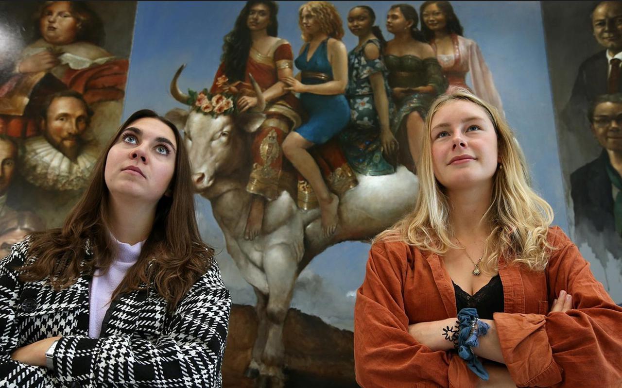 Neele Schürmann (links) en Bente Bruhnken kunnen volgende week niet bij hun familie in Duitsland op bezoek. FOTO NIELS WESTRA