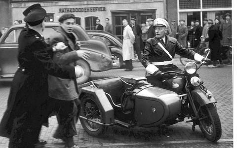 De motor met zijspan, die de politie stuurde op Kneppelfreed, zorgde voor nog meer opstand in 1951.