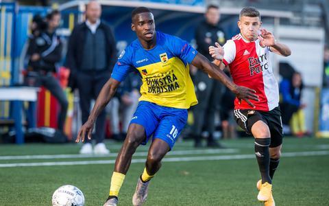Alex Bangura van SC Cambuur duelleert met Bryan Linssen van Feyenoord.