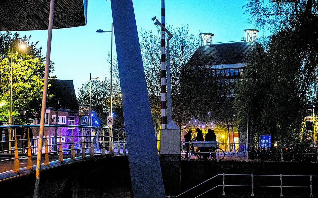Jongeren 'hangen' samen bij de Blokhuispoortbrug in Leeuwarden.