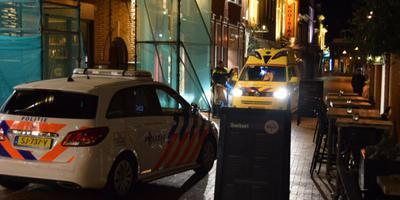 De gewonde man is naar het ziekenhuis gebracht. FOTO DE VRIES MEDIA