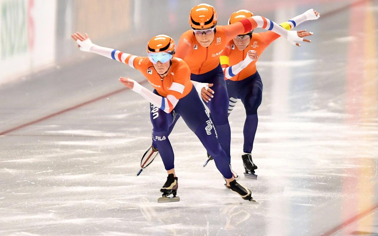 Janine Smit (vooraan) is met Jutta Leerdam en Letitia de Jong op weg naar de wereldtitel teamsprint.