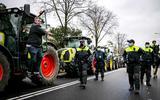 Tractoren op de Benoordenhoutseweg voor de actie van boerenactiegroep Farmers Defence Force (FDF).