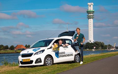 De presentatoren/muzieksamenstellers Erik de Boer (links) en Ronald van der Pol van Radio Spannenburg.