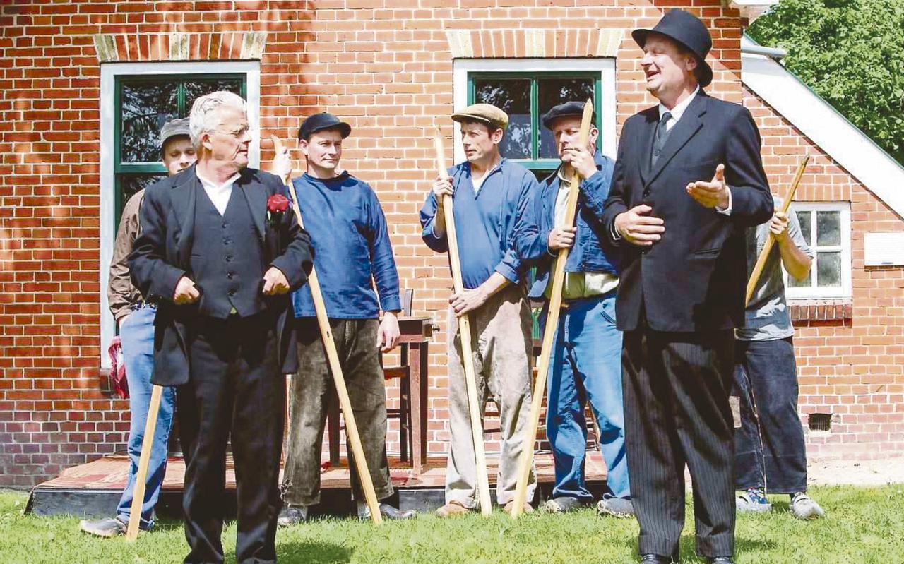 Een scène uit 'Gean of bliuwe'. In het midden Knilles, links de schoolmeester en rechts de dominee.