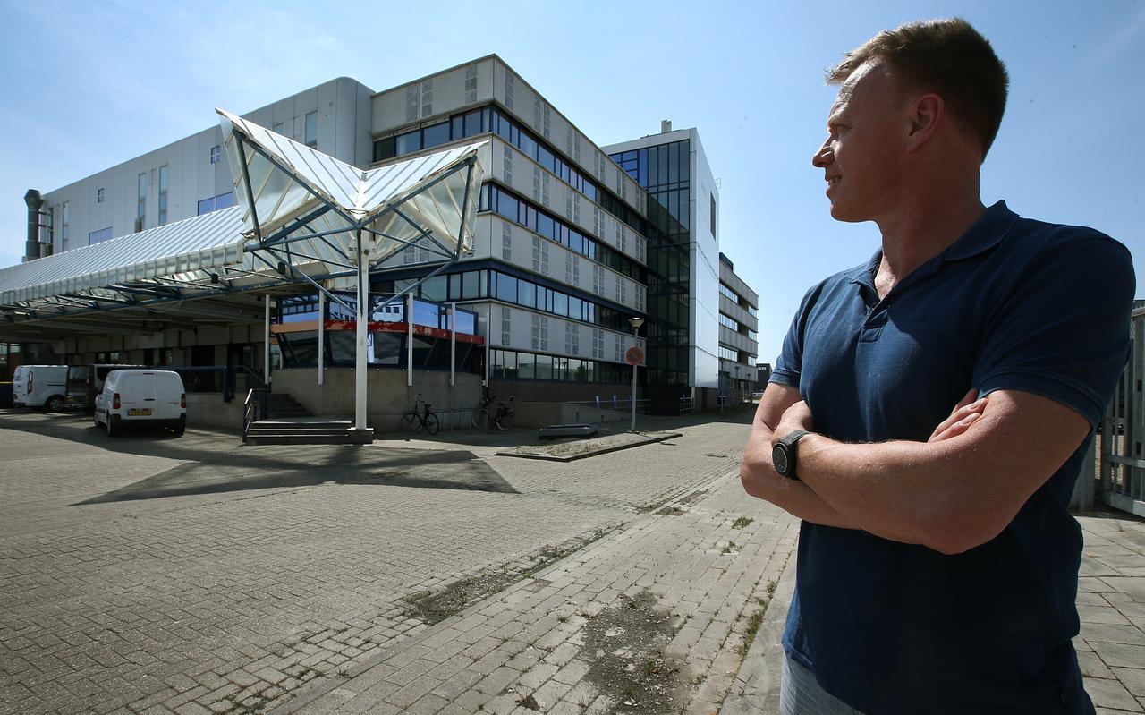 Jaap Hoekstra bij het oude Postsorteercentrum in Leeuwarden. Een van de panden die hij kocht en nu verhuurklaar maakt.