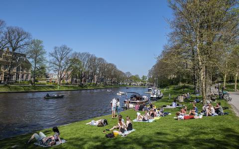 Zomers weer en buiten genieten in de Prinsentuin aan het water bij de Noordersingel.