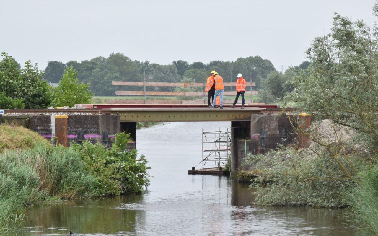 Bij voorbereidende werkzaamheden aan de spoorbrug over de Arumer Feart bij Franeker is vrijdagochtend een verzakking ontstaan.