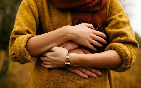 Een kus, aanraking of arm om je heen: waarom we zo'n behoefte hebben aan lichamelijk contact