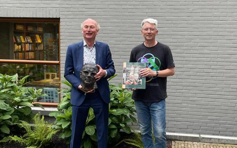 Dick Vestdijk (rechts) bracht de buste van Simon Vestdijk al eerder naar Harlingen en overhandigde die aan Hugo ter Avest van museum het Hannemahuis.
