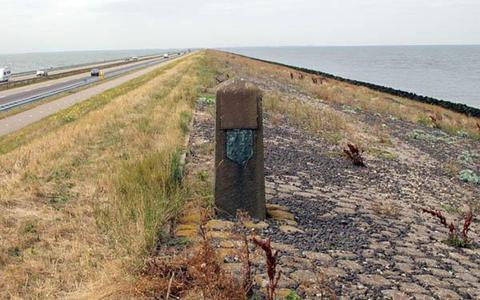 De grenspaal zoals die er tot voor kort stond, met het Noord-Hollandse wapen aan Friese zijde. FOTO: HARRY TEN VEEN