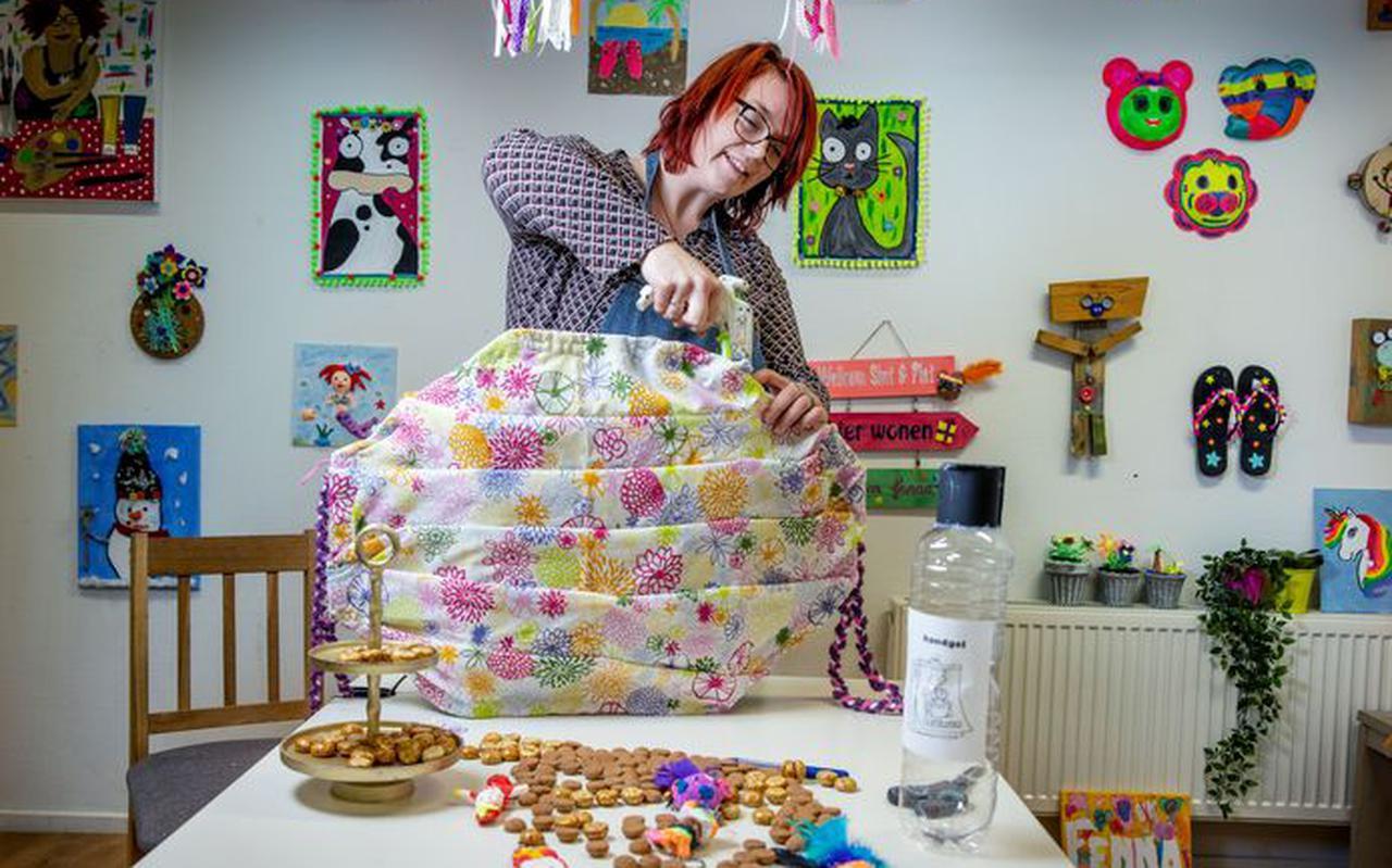 Melissa Haas geeft workshops surprises maken in haar atelier en laat zien hoe je een reuzenmondkapje kan maken. FOTO JEAN-PIERRE JANS