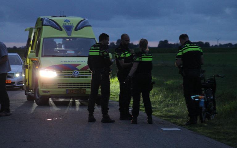 Brommerrijder gewond na botsing op Noordermiedweg in Hallum.