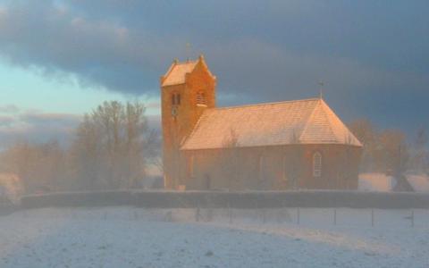 De kerk van Ginnum in winterse sferen.