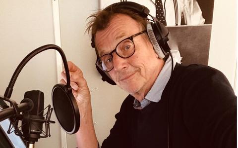 VPRO- en NOS-presentator Chris Kijne neemt de NBV21 op in de studio.