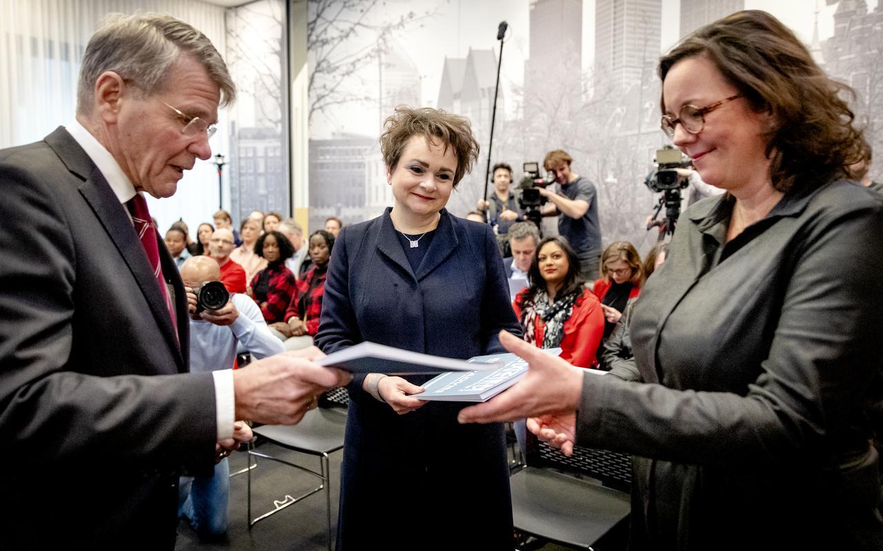 Overhandiging van het eindrapport van de adviescommissie uitvoering toeslagen aan staatssecretarissen Alexandra van Huffelen (Financiën) en Tamara van Ark (Sociale Zaken en Werkgelegenheid) door de voorzitter van de commissie, Piet Hein Donner.