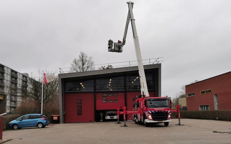 Brandweer in actie op dak eigen kazerne