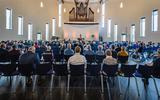 Dominee Bindert de Jong gaat voor in gebed in de Trinitas-kerk.