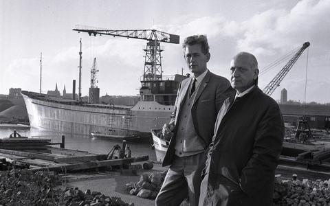 Cees van der Schoot (links) poseert in 1967 met zijn schoonvader en medevennoot Marten de Jong, die ook directeur was bij NV Suikerwerken Fabriek Frisia.