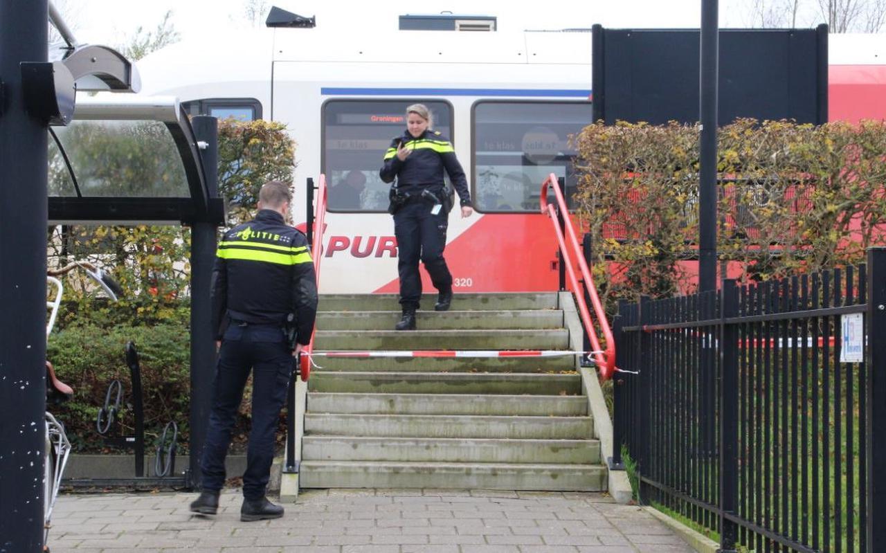 De politie doet onderzoek op het station van De Westereen. FOTO DE VRIES MEDIA