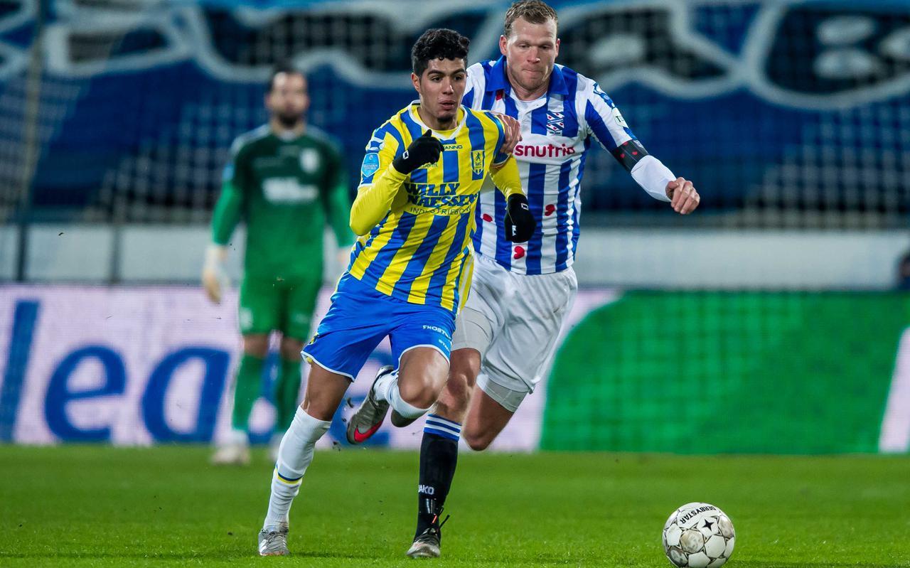 Anas Tahiri van RKC Waalwijk en Henk Veerman van SC Heerenveen strijden om de bal.
