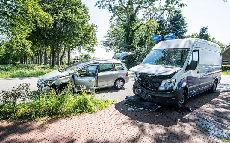 Forse schade bij botsing voertuigen in Noordwolde.