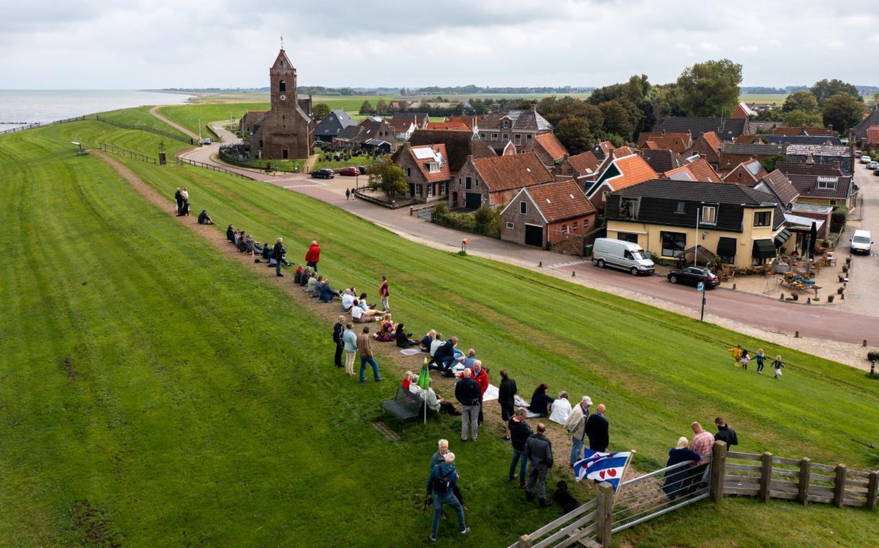 Demonstrerende Wierumers op de Waddendijk.