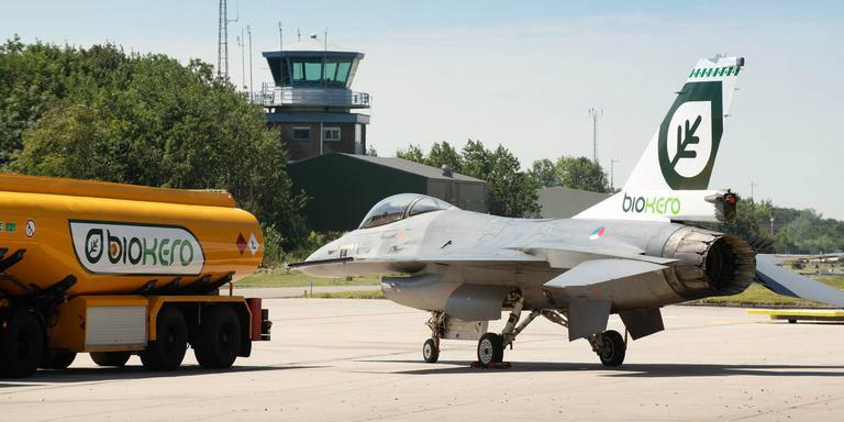 De F-16 staat klaar om te worden bijgertank met bio-kerosine. FOTO DEFENSIE