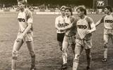 Willem van der Ark (links) verlaat het veld na de 7-0 zege op NEC in de nacompetitie van het seizoen 1987-'88.